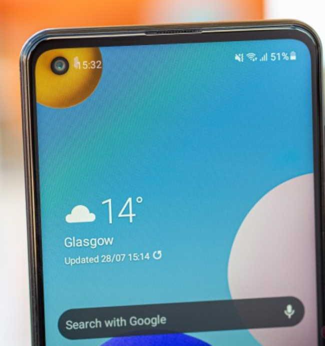 Обзор Samsung Galaxy A21s - неравномерная подсветка вокруг выреза